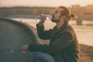 Nawodnienie organizmu - picie wody w podróży