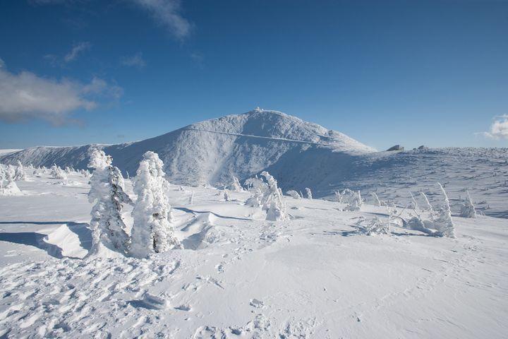 Widok na Śnieżkę zimą od strony Kopy w Karpaczu