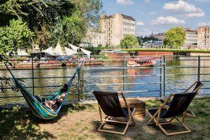 Leżaki na Wyspie Tamka we Wrocławiu