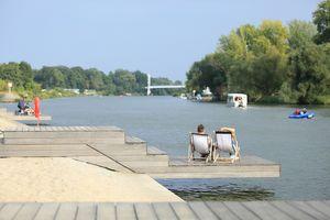 Leżaki, pomost i plaża nad Odrą