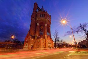 Wieża Ciśnień - Aleja Wiśniowa wieczorem